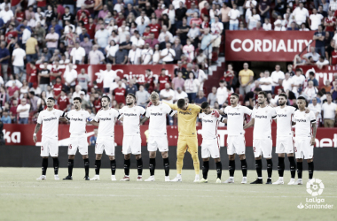 La plantilla del Sevilla antes del inicio del partido.   Foto: LaLiga