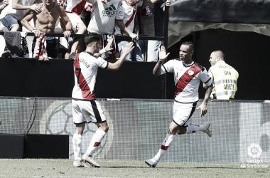 Raúl de Tomás y Álex Moreno celebrando el gol del Rayo Vallecano | Imagen: www.laliga.es