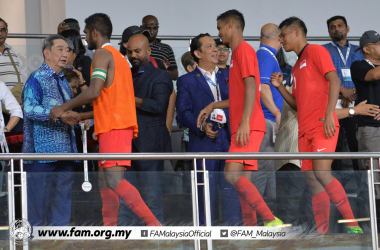Singapore playing on their way to receive their medals (Photo credit: Football Association of Malaysia)