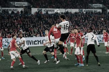 Eintracht Frankfurt e Mainz jogam contra a zona de risco na Bundesliga
