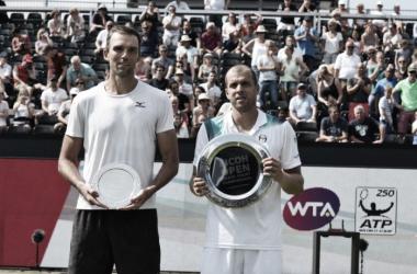 Ivo Karlovic e Gilles Muller durante la premiazione del torneo di s-Hertogenbosch. Fonte: RicohOpen/Twitter