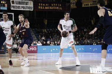 Shermadini con el balón frente a Tomic | Fuente: Noelia Déniz, Vavel.com