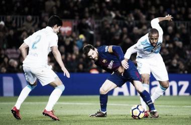 Sidnei luchando por un balón en una jugada con Leo Messi.Foto: Álex Caparrós.