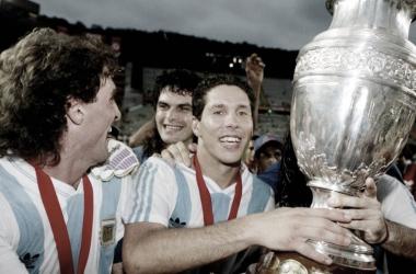 Simeone segurando a taça da Copa América em 1993. (Reprodução: Internet)