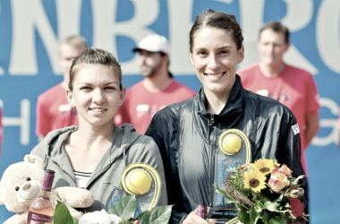 Simona Halep con su trofeo ganado en Núremberg (tenisranking.com)