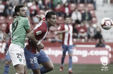 Álex Alegría pugnando por un balón ante el Almería. Fuente:LaLiga