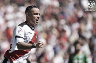 Raúl de Tomás celebrando su gol al Huesca   Fotografía: Rayo Vallecano S.A.D.