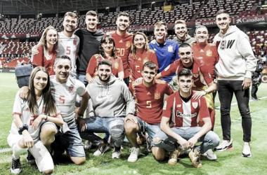 Unai Núñez celebra su debut con España junto a familiares y amigos. / Foto: @unainunez