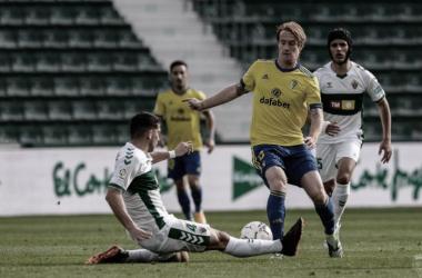 Álex Fernández en una acción del último choque entre ambos conjuntos.<div>Foto: Cádiz CF</div>