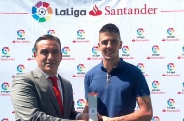 Ander Serantes posando con el premio al Mejor Jugador del mes de agosto. Foto: LaLiga.es