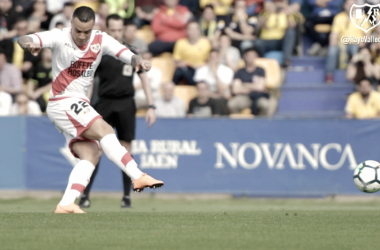Raúl de Tomás tirando el penalti. Foto: Rayo Vallecano S.A.D.