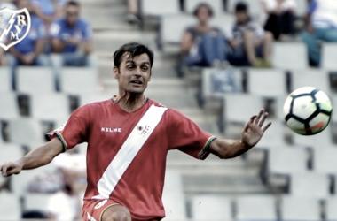 Dorado tratando de despejar un balón | Fotografía: Rayo Vallecano S.A.D.