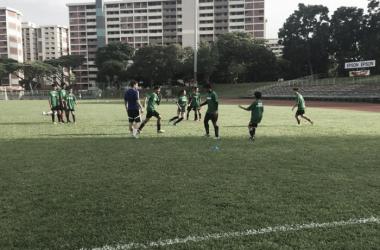 Alumnos singapurienses entrenan en la Valencia Soccer School