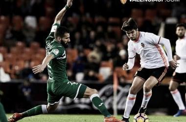 El griego Siovas, líder de la defensa, intentando recuperar el esférico ante Carlos Soler la temporada pasada. Fuente: Valencia CF.