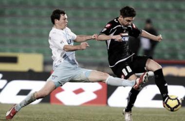Siqueira, con la camiseta del Udinese, puja por un balón con Lichsteiner - Foto: Udinese