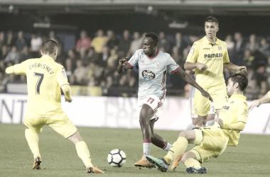 Pione Sisto el pasado fin de semana, disputando un balón ante los defensas del Villareal. | Foto: EFE