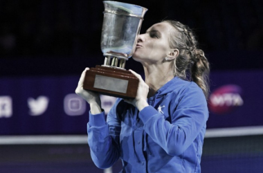 Svetlana Kuznetsova with her title last year | Photo: Kremlin Cup.