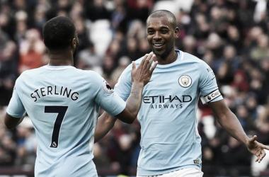 Fernandinho celebra con Sterling. | Foto: Premier League.