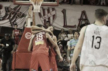 Mainoldi se funde en un abrazo con sus compañeros de equipo, luego de la victoria. foto: LNB Contenidos