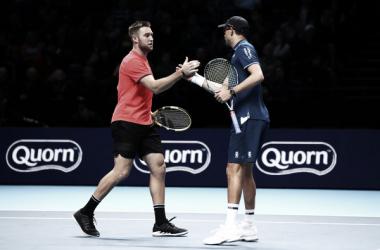 Jack Sock y Mike Bryan se felicitan tras ganar un partido en las Nitto ATP Finals de Londres. Foto: zimbio.com