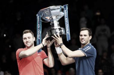 Jack Sock y Mike Bryan posan con su trofeo de campeones de las Nitto ATP Finals de Londres 2018. Foto: gettyimages.es