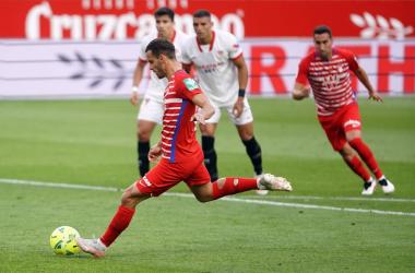 Soldado lanzando un penalti ante el Sevilla en Liga. FOTO: Pepe Villoslada / Granada CF