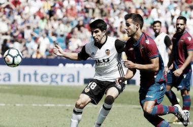 Carlos Soler intentando controlar el esférico en el Ciutat de València de la primera vuelta / Fuente: Valencia CF.