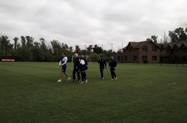 Somoza junto al cuerpo técnico fortinero. Foto: Twitter Vélez a Fondo.