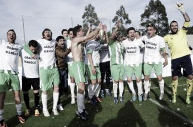 Los jugadores del Somozas, celebrando la consecución del campeonato de Tercera | foto: El Confidencial.