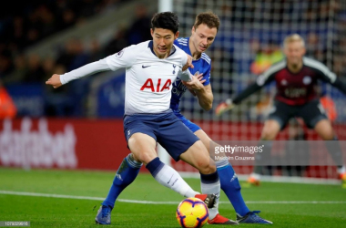 Heung Min Son battles for possession with Jonny Evans | Photo: Getty/ Malcolm Couzens