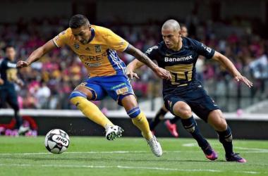 Ismael Sosa, ahora con Tigres, pelea el balón con Darío Verón de Pumas (Foto: Imago)
