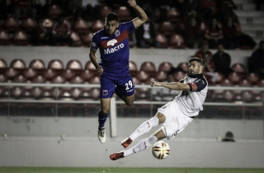Diego Sosa marcando al Puma Gigliotti (Foto: Infobae).