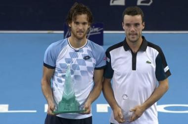 João Sousa e Roberto Bautista Agut posam para fotos com os troféus do torneio. (Foto: Tennis TV)