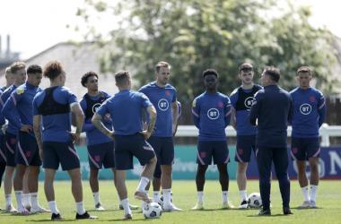 Los futbolistas ingleses en el entrenamiento previo a su partido frente a Austria. Vía: England en Twitter.