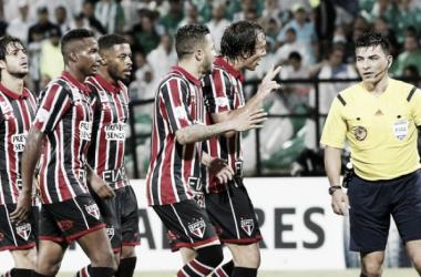 Jogadores são-paulinos reclamando com o árbitroPatricio Polic (Foto: Mauricio Dueñas Castañeda/EFE)