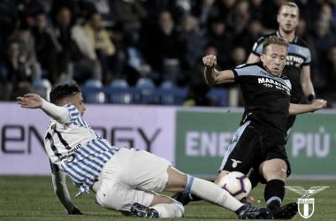 O brasileiro Lucas Leiva até que tentou, mas a Lazio saiu derrotada por 1 a 0. (Foto: Lazio / Reprodução)