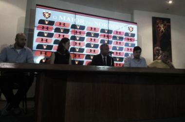 Dirigentes rubro-negros comemoram acordo firmado com mais nova patrocinadora (Foto: Mateus Schuler/VAVEL Brasil)