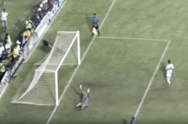Magrão, mais uma vez sendo decisivo nas penalidades, comemora defesa em cobrança de Carlos Alberto(Foto: Reprodução / Youtube)