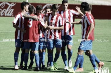 Jugadores del Sporting B celebrando un gol. | Imagen: Onely Vega-VAVEL.