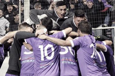 MatíasCabrera se llena la boca de gol en el festejo que comparte con Ernesto Goñi yJuan Boselli. Foto: Defensor Sporting Club