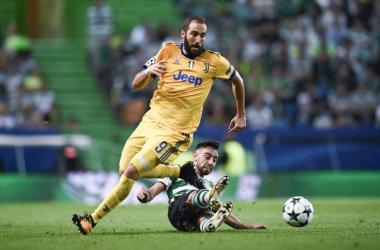 Higuain in lotta su un pallone (twitter)