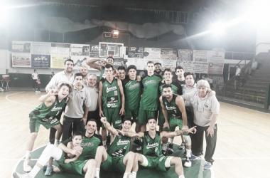 Todo el equipo de Sportivo América de Rosario posando para la foto post-triunfo contra Barrio Parque. Foto: Prensa Sportivo América