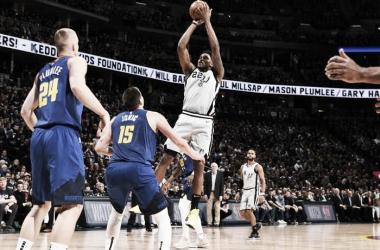 """<div style=""""text-align: left;"""">Rudy Gay se suspende en el aire ante la mirada del serbio Nikola Jokic. Foto: San Antonio Spurs.s</div>"""