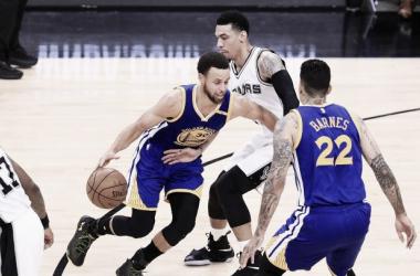 Curry intenta pasar ante la marca de Danny Green. Foto: NBA