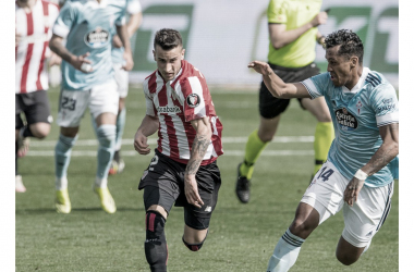 Álex Berenguer seguido de cerca por Renato Tapia durante un intento de contragolpe del Athletic