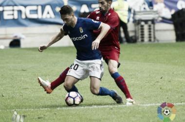 Marc Mateu disputa un balón. Fuente: La Liga