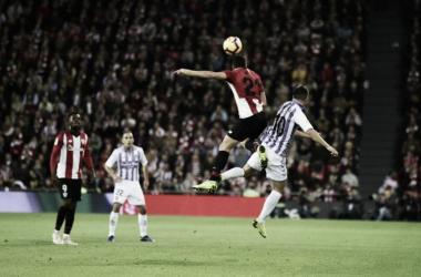 Disputa de un balón // Foto: Real Valladolid