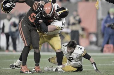 El center de los Steelers protege a su mariscal, ya sin casco // Foto: Sbnation