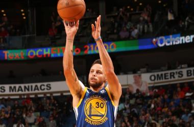 Stephen Curry anotando para sus Warriors (nba.com)