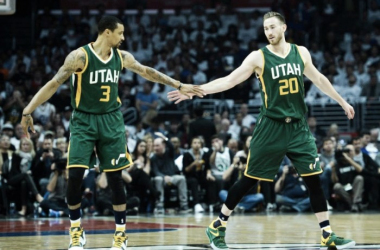 George Hill (3) y Gordon Hayward (20) celebran durante su gran inicio de partido. | Fotografía: Steve Griffin / The Salt Lake Tribune